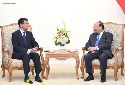 Thủ tướng Nguyễn Xuân Phúc và Bộ trưởng Ngoại giao Nhật Bản Taro Kono - Ảnh: VGP