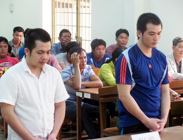 Nguyễn Hoàng Tâm (áo trắng) và Nguyễn Văn Tâm tại tòa