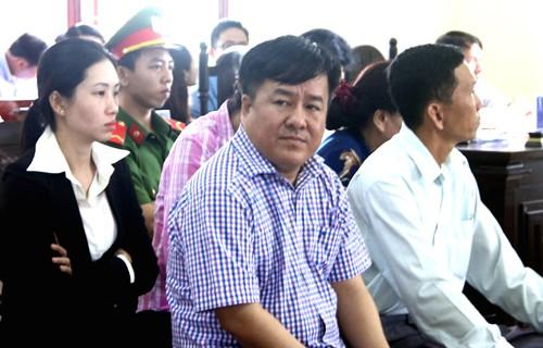Đại gia thủy sản Tòng Thiên Mã (áo sọc hàng đầu) và các bị cáo tại tòa.