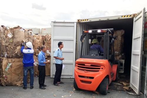Hải quan đang kiểm tra một container giấy phế liệu tại Cảng Tổng hợp Bình Dương