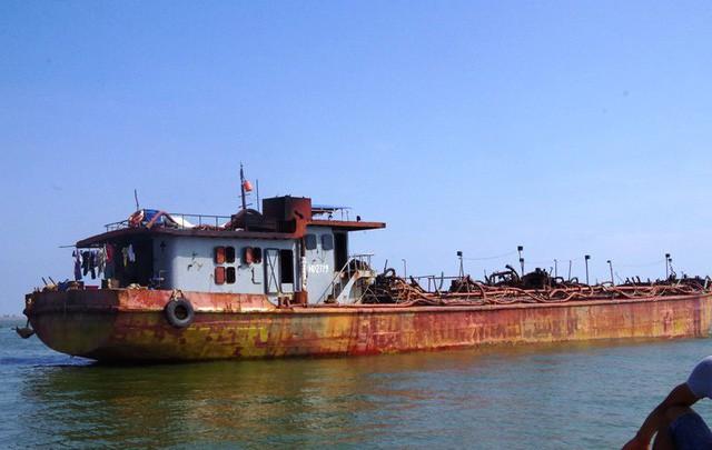 Tàu mang số hiệu HD 2779 do ông Nguyễn Văn Xuân đang hút cát trái phép trên biển
