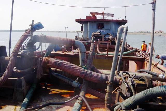 Nam Định: Bắt giữ tàu hút cát trái phép