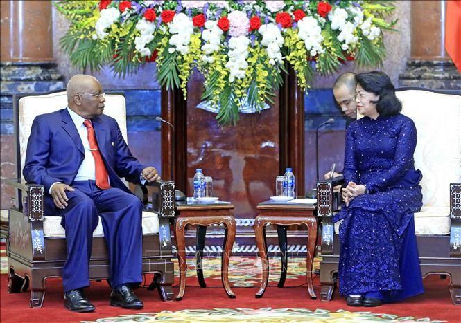 Quyền Chủ tịch nước Đặng Thị Ngọc Thịnh và nguyên Tổng thống Cộng hòa Mozambique Armando Emilio Guebuza