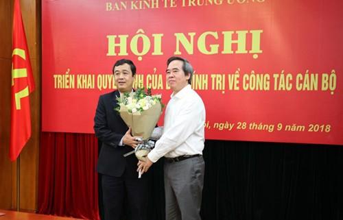Ông Nguyễn Văn Bình tặng hoa chúc mừng tân Phó Bí thư Thường trực Tỉnh uỷ Thái Bình