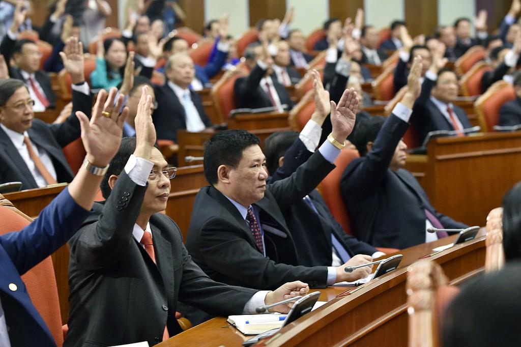 Các đại biểu dự Hội nghị Trung ương 8 biểu quyết. - Ảnh: VGP