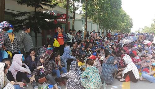 Hàng nghìn công nhân ở Khu công nghiệp Hoàng Long hôm nay nghỉ việc, tập trung quanh khuôn viên nhà máy đòi tăng lương.