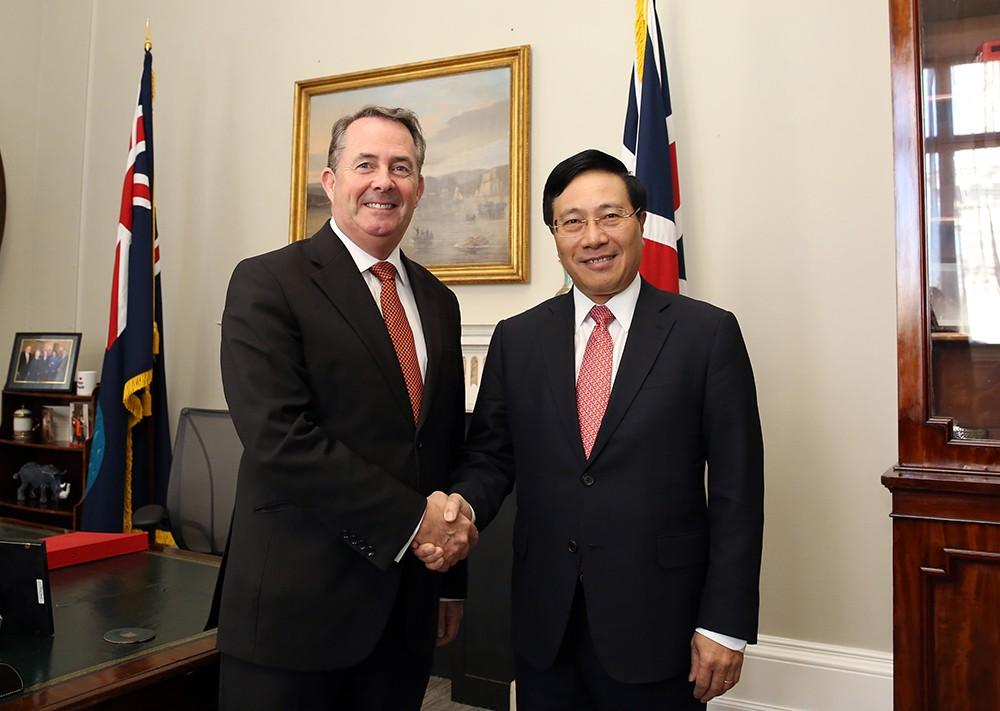 Phó Thủ tướng Phạm Bình Minh và Bộ trưởng Thương mại Quốc tế Anh Liam Fox. Ảnh: VGP