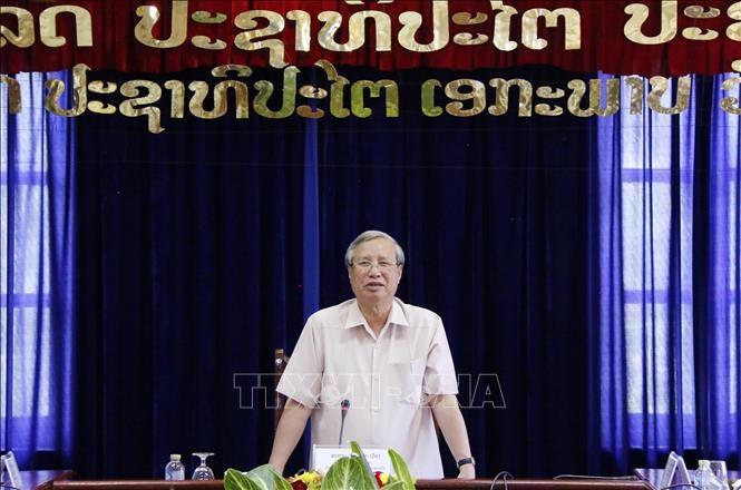 Đồng chí Trần Quốc Vượng phát biểu tại cuộc gặp với các lãnh đạo tỉnh Vientiane. Ảnh:TTXVN