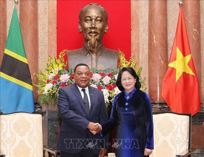 Quyền Chủ tịch nước Đặng Thị Ngọc Thịnh và ngài Augustine Mahiga, Bộ trưởng Ngoại giao và Hợp tác Đông Phi của Cộng hòa Thống nhất Tanzania. Ảnh TTXVN