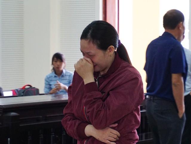 Cao Thị Tâm bật khóc khi bị tuyên 9 năm tù.