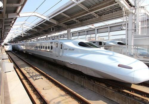 Tàu cao tốc Shinkanshen ở Nhật Bản sử dụng công nghệ động lực phân tán. Ảnh: SKS
