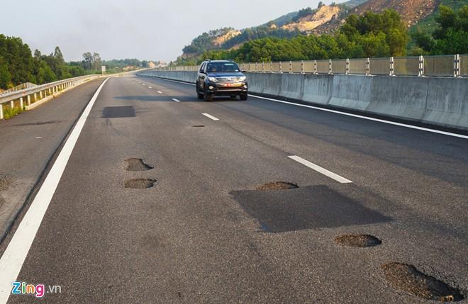 """Bề mặt cao tốc Đà Nẵng - Quảng Ngãi xuất hiện nhiều """"ổ gà, ổ trâu"""". Ảnh: Zing.vn"""