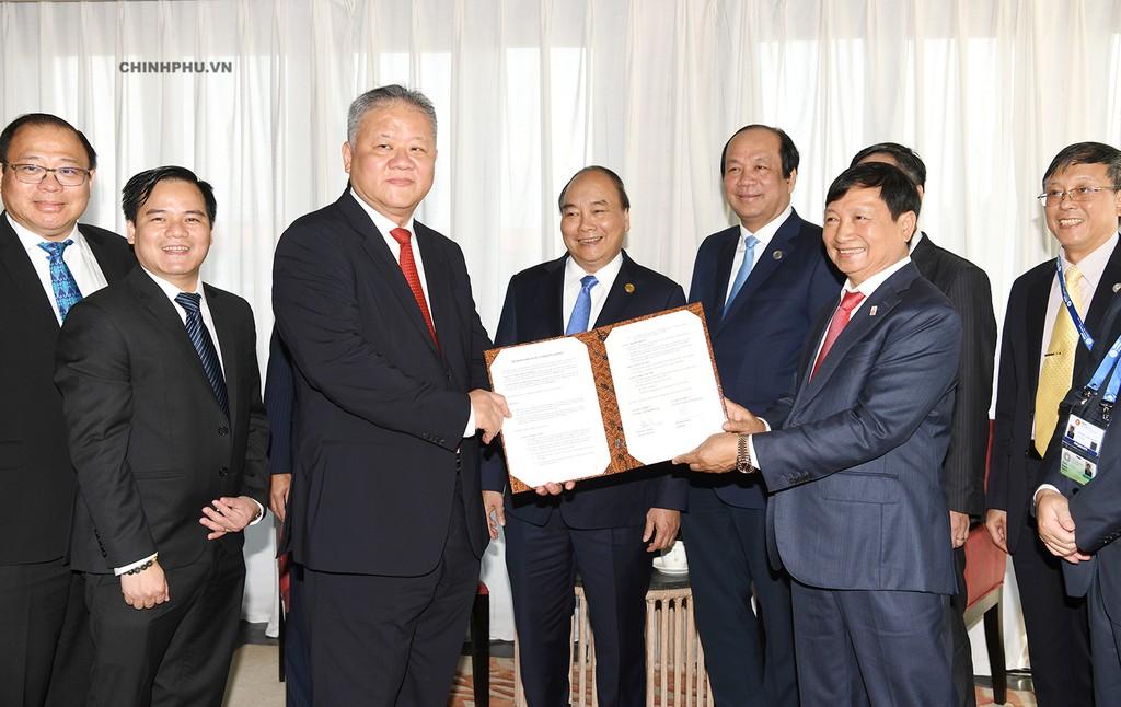 Thủ tướng chứng kiến đại diện Công ty Nikko Indonesia và Công ty Licogi 16 trao đổi văn kiện hợp tác. Ảnh: VGP