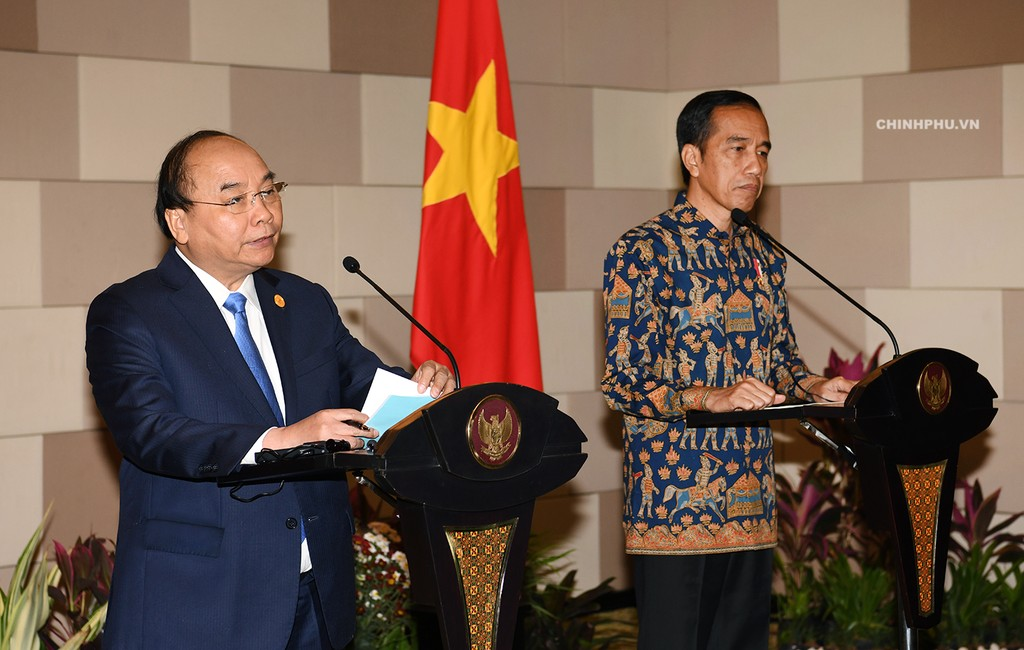 Thủ tướng Nguyễn Xuân Phúc và Tổng thống Indonesia Joko Widodo họp báo sau hội đàm. Ảnh: VGP