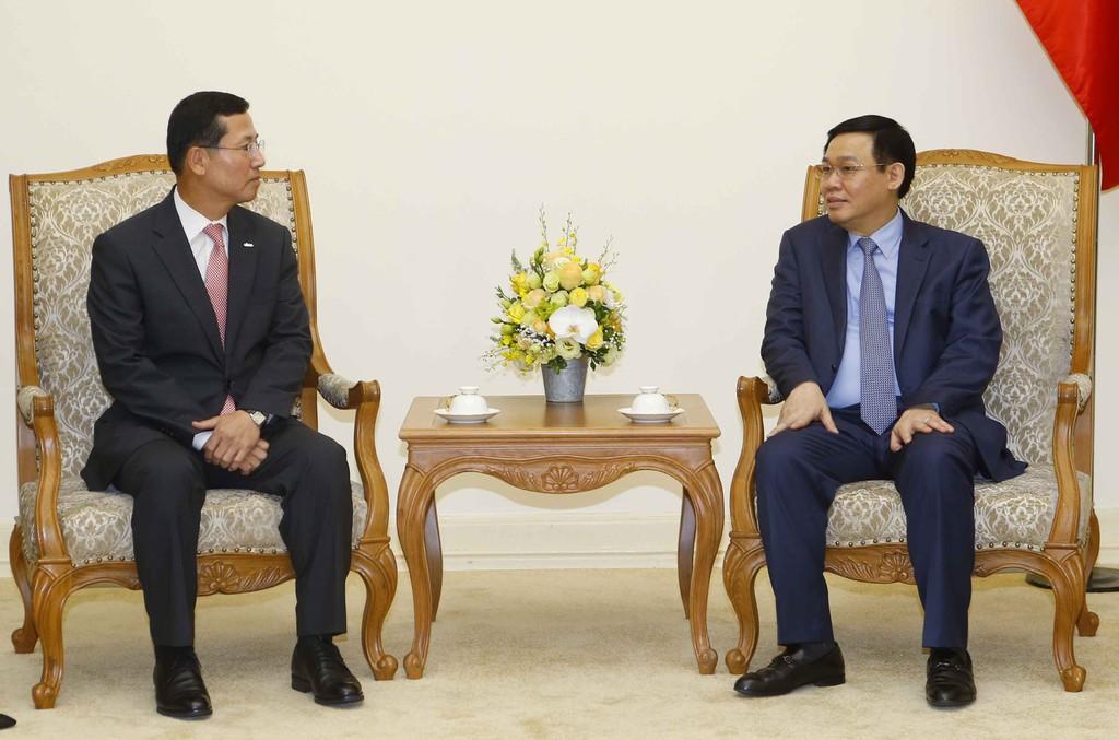 Phó Thủ tướng Vương Đình Huệ và Chủ tịch, Tổng Giám đốc Công ty thẻ Shinhan Lim Yong Jin - Ảnh: VGP