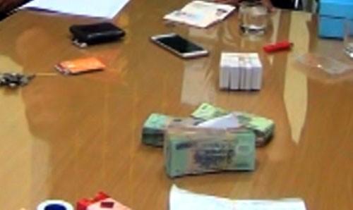 Người đàn ông Trung Quốc mang thẻ ATM giả sang Lào Cai rút tiền - ảnh 1