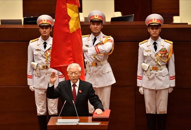 Tổng Bí thư Nguyễn Phú Trọng, Chủ tịch nước CHXHCN Việt Nam nhiệm kỳ 2016-2021 thực hiện nghi thức tuyên thệ nhậm chức trước Quốc hội, đồng bào và cử tri cả nước.
