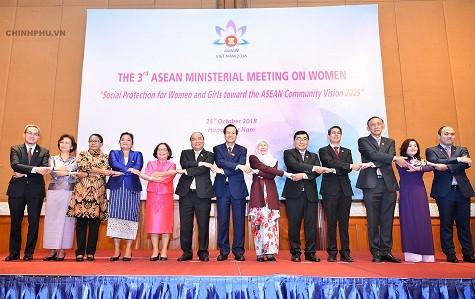 Thủ tướng đặt câu hỏi về tầm nhìn ASEAN nếu phụ nữ 'bị bỏ lại phía sau' - ảnh 1