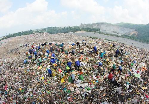 Bãi rác Khánh Sơn đang trong tình trạng quá tải.