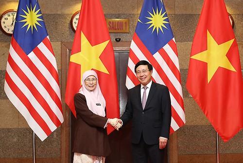 Phó Thủ tướng Phạm Bình Minh và Phó Thủ tướng Malaysia, bà Wan Azizah. Ảnh: VGP