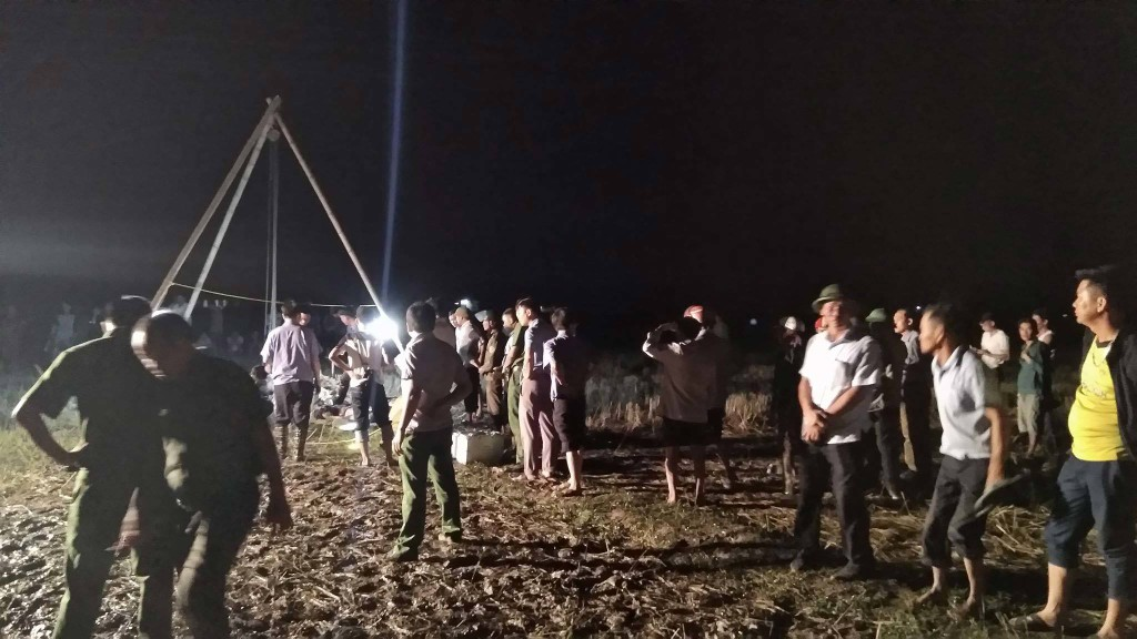 Hiện trường vụ 4 người bị điện giật gây tử vong khi thi công dựng cột viễn thông tại huyện Cẩm Xuyên, tỉnh Hà Tĩnh. Ảnh: Internet