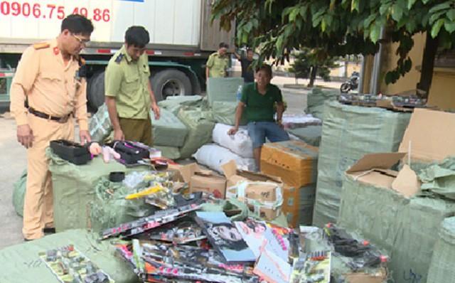 Tổ công tác của Trạm Cảnh sát giao thông Cầu Nghìn phối hợp với lực lượng quản lý thị trường tỉnh Thái Bình kiểm tra số hàng hóa không hợp pháp