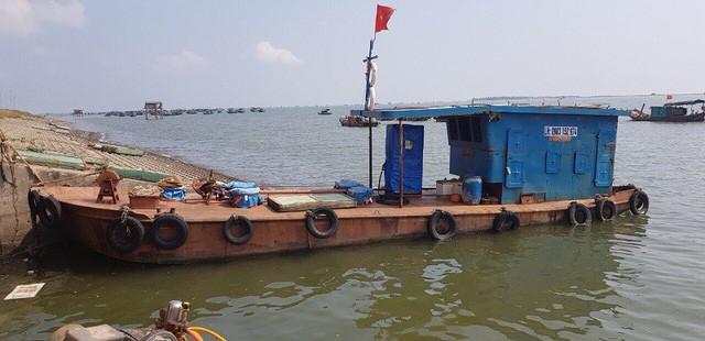 Một trong 2 chiếc tàu chở dầu để bán trái phép trên biển