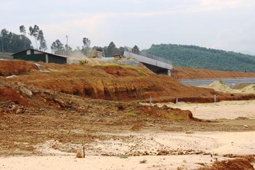 Nhánh C1 ở nút giao Dung Quất thuộc đường cao tốc Đà Nẵng - Quảng Ngãi bị sụt lún.