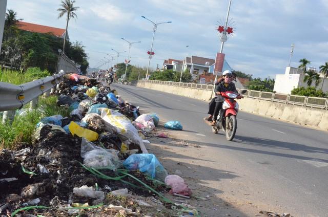 Suốt 3 tháng qua, rác thải sinh hoạt tại các huyện Tư Nghĩa, Nghĩa Hành, Sơn Tịnh không được thu gom, xử lý đúng kỹ thuật.