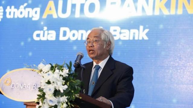 Trần Phương Bình lấy tiền ngân hàng cho nhân viên ăn tết.