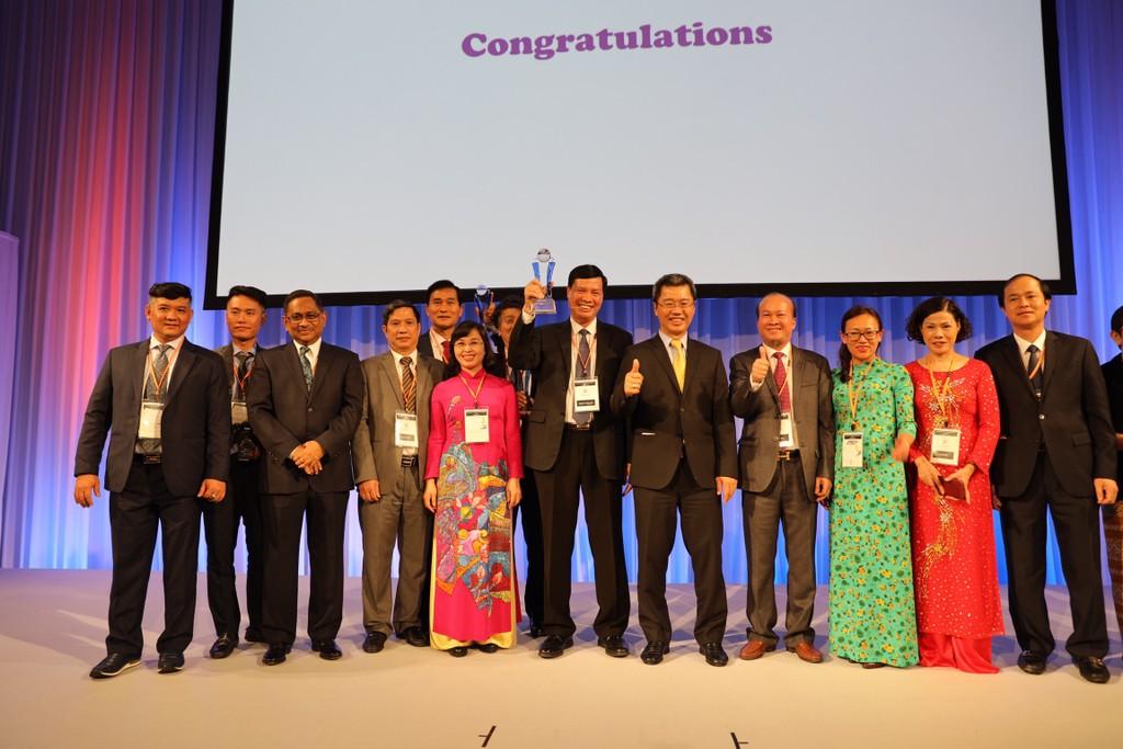 Lãnh đạo tỉnh Quảng Ninh nhận giải thưởng Asocio 2018 ở hạng mục Chính quyền số.