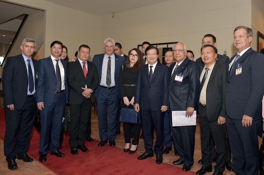 Phó Thủ tướng Trịnh Đình Dũng và Chủ tịch Cuba Miguel Diaz Canel (thứ 4 từ trái sang) tại buổi tọa đàm với doanh nghiệp. Ảnh: VGP