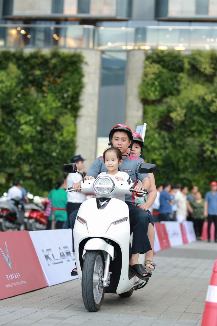 Khách Sài Gòn quyết mua xe máy điện thông minh VinFast chỉ sau… 5 phút bàn bạc - ảnh 6