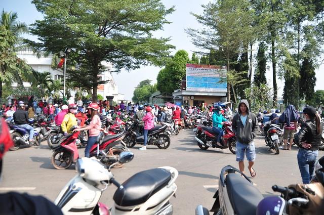 Công nhân Công ty TNHH KL Texwell Vina (huyện Trảng Bom, Đồng Nai) tụ tập trước cổng công ty khi nghe tin ông chủ Hàn Quốc bỏ trốn khi còn nợ lương, bảo hiểm của công nhân đầu năm 2018.