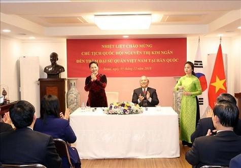 Chủ tịch Quốc hội thăm Đại sứ quán Việt Nam tại Hàn Quốc - ảnh 1