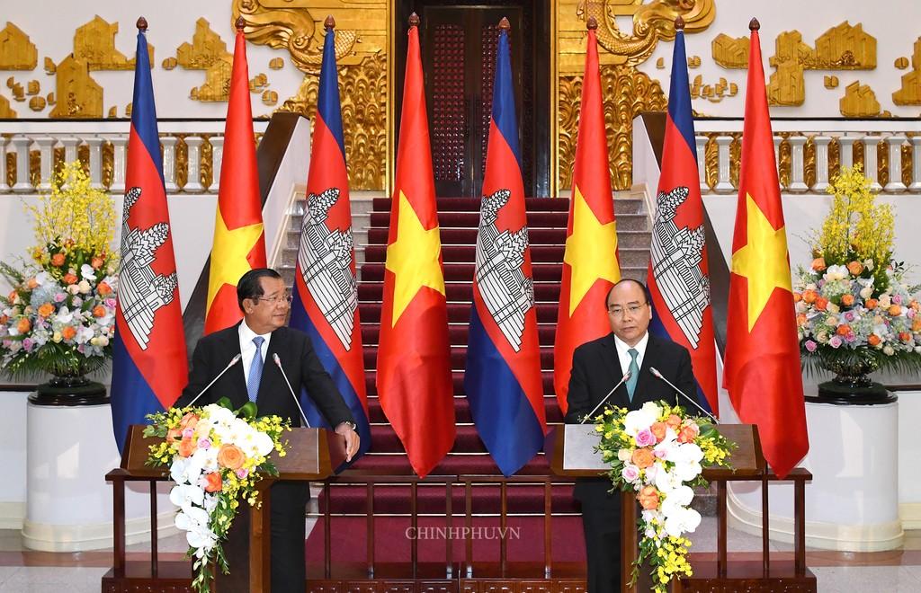 Chùm ảnh: Thủ tướng Nguyễn Xuân Phúc đón, hội đàm với Thủ tướng Campuchia - ảnh 11