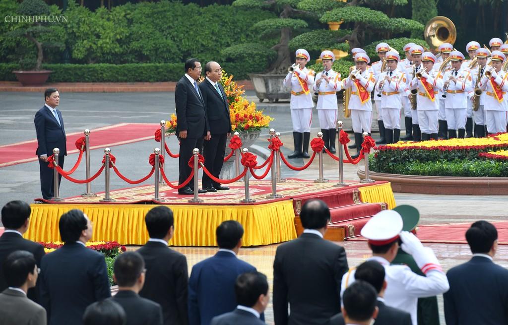 Chùm ảnh: Thủ tướng Nguyễn Xuân Phúc đón, hội đàm với Thủ tướng Campuchia - ảnh 3