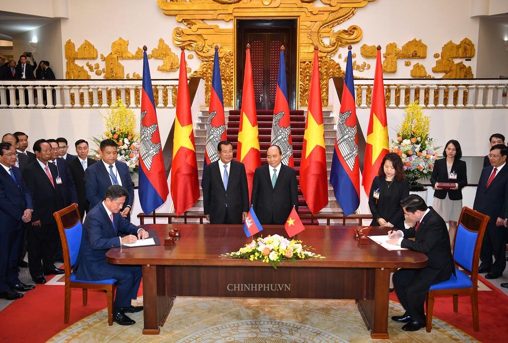 Chùm ảnh: Thủ tướng Nguyễn Xuân Phúc đón, hội đàm với Thủ tướng Campuchia - ảnh 6