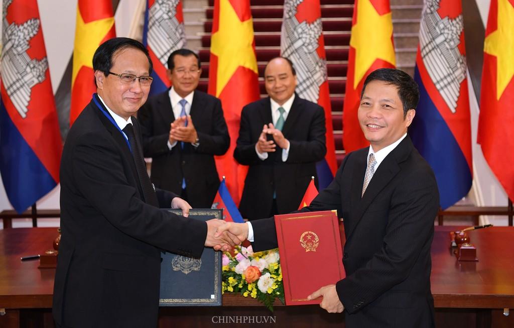 Chùm ảnh: Thủ tướng Nguyễn Xuân Phúc đón, hội đàm với Thủ tướng Campuchia - ảnh 7