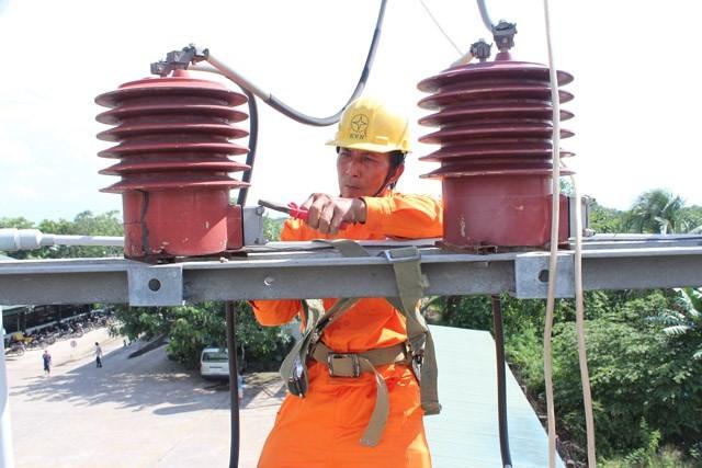 Công nhân điện lực Vĩnh Long đang kiểm tra hệ thống lưới điện. Ảnh: Tú Uyên (thanhnien.vn)