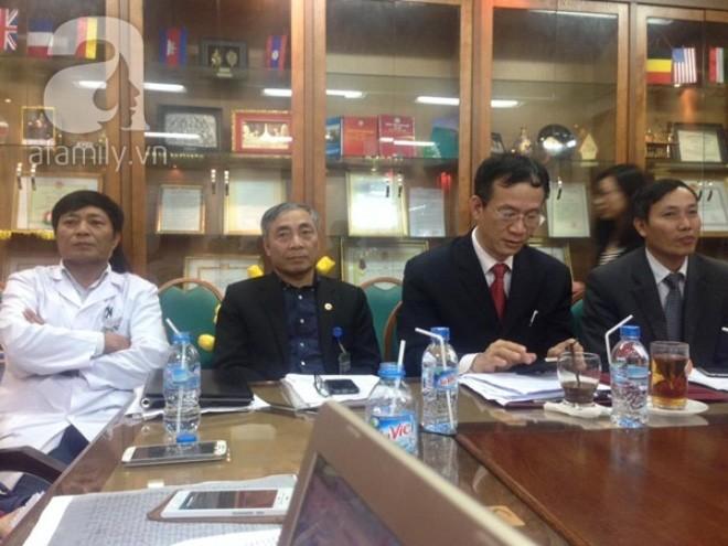 Ban lãnh đạo Bệnh viện Bạch Mai tham gia cuộc họp báo.