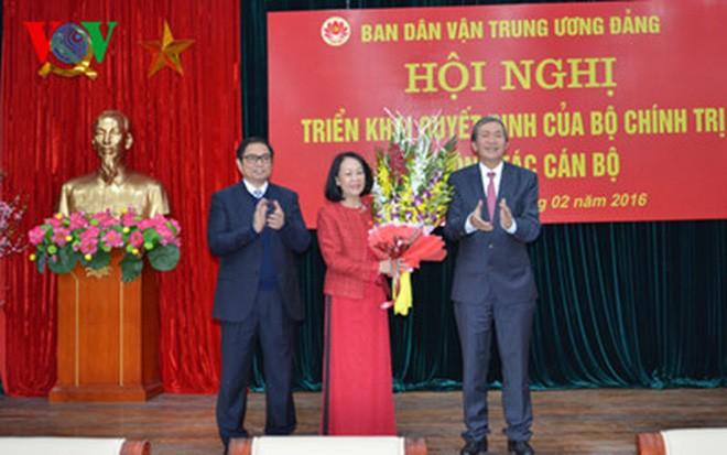 Ông Đinh Thế Huynh trao Quyết định của Bộ Chính trị và tặng hoa bà Trương Thị Mai.