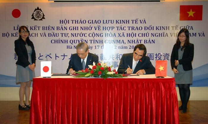 Đại diện Bộ KH&ĐT và Chính quyền tỉnh Gunma ký kết Biên bản ghi nhớ hợp tác trao đổi kinh tế. Ảnh: Lê Tiên