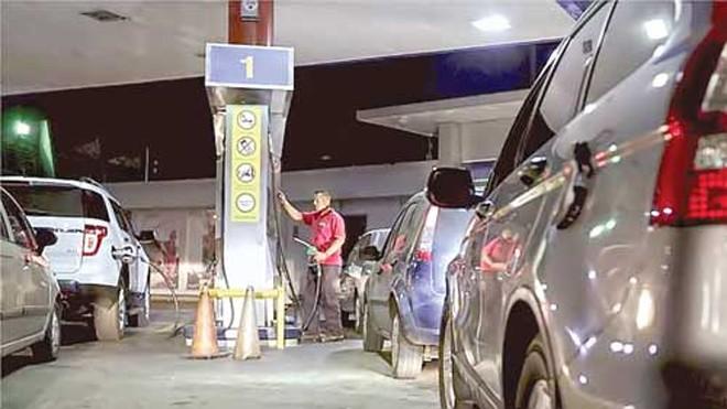 Người dân Venezuela xếp hàng mua xăng.
