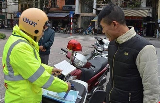 CSGT Hà Nội xử phạt người đi bộ vi phạm luật giao thông. Ảnh: TP