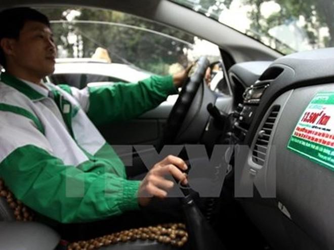 Các hãng taxi tại Hà Nội sẽ giảm giá cước từ 300-1.000 đồng/km. (Ảnh: TTXVN)