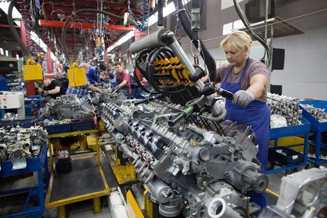 Nữ công nhân Nga làm việc trên dây chuyền sản xuất tại nhà máy OAO KamAZ. (Nguồn: wsj.com)