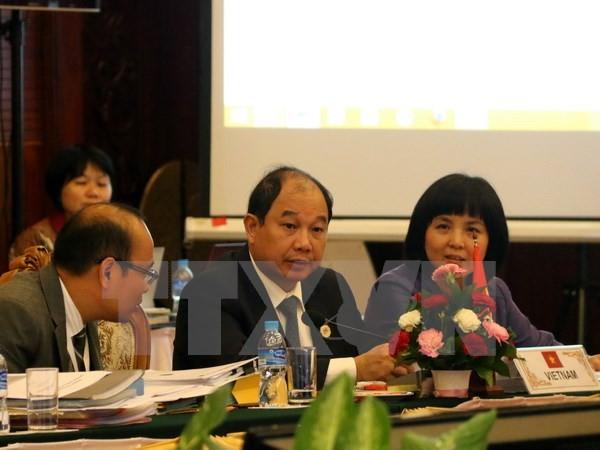 Thứ trưởng Bộ Công thương Việt Nam Nguyễn Cẩm Tú (giữa) tại Vientiane. (Ảnh: Phạm Kiên/TTXVN)