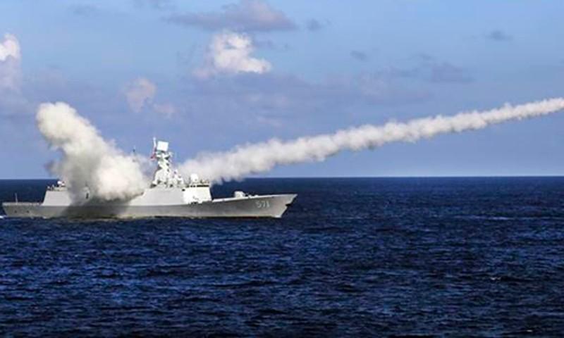 Hải quân Trung Quốc tập trận bắn đạn thật phi pháp ở vùng biển giữa đảo Hải Nam và quần đảo Hoàng Sa của Việt Nam hôm 8/7. Ảnh: AP.