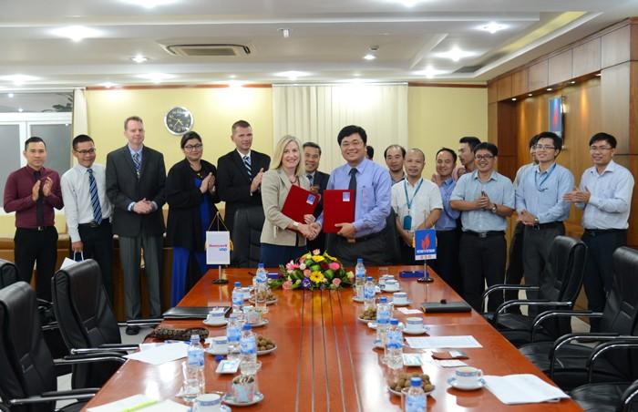 Ông Trần Ngọc Nguyên, Tổng giám đốc BSR và bà Rebecca Lieber, Tổng giám đốc Tập đoàn Honeywell UOP ký Biên bản ghi nhớ giữa hai đơn vị
